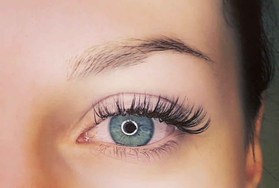 Extension de cils, pose mixte. Cliente de Chatillon-sur-Chalaronne. Le beau bleu de ses yeux ressort.